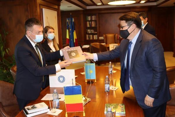 Ministrul Culturii, Bogdan Gheorghiu, alături de oficialii kazahi. Foto Facebook
