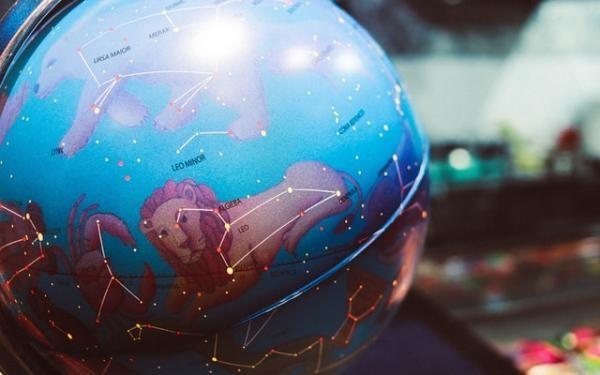 Horoscop. Unsplash.com foto Nastya Dulhiier