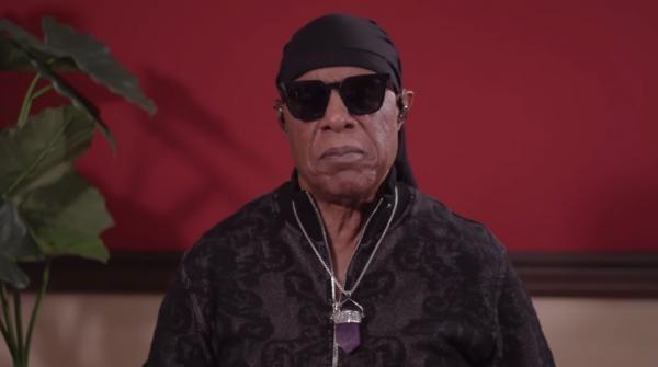 Stevie Wonder. Captura Video: Youtube/The Universe Is Watching Us — Stevie Wonder In His Feelings.