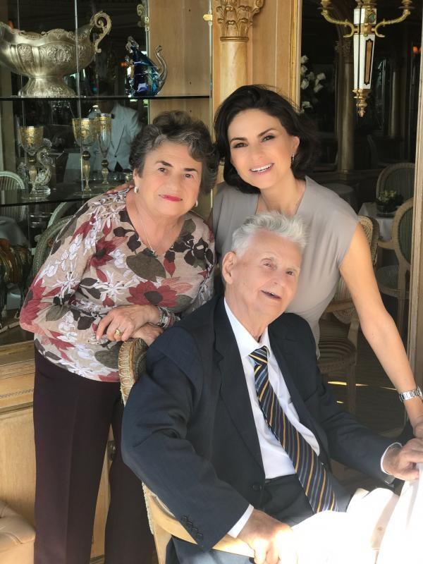 Ramona Bădescu alături de părinții ei. Foto Arhiva personală