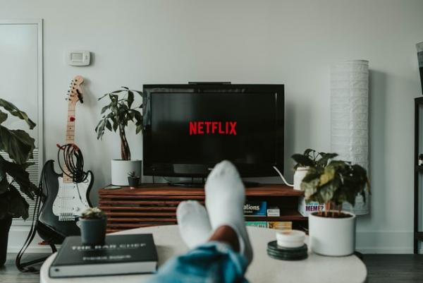 Netflix. Unsplash.com/ autor Mollie Sivaram