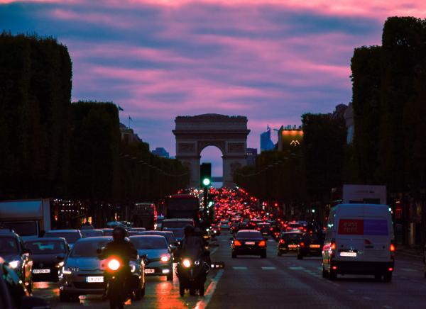 Bulevardul Champs-Elysees, foto Unsplash/ autor: Antonio Magrì