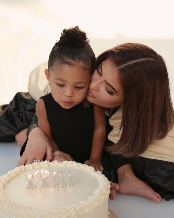 Kylie Jenner și fiica ei, sursa foto Instagram