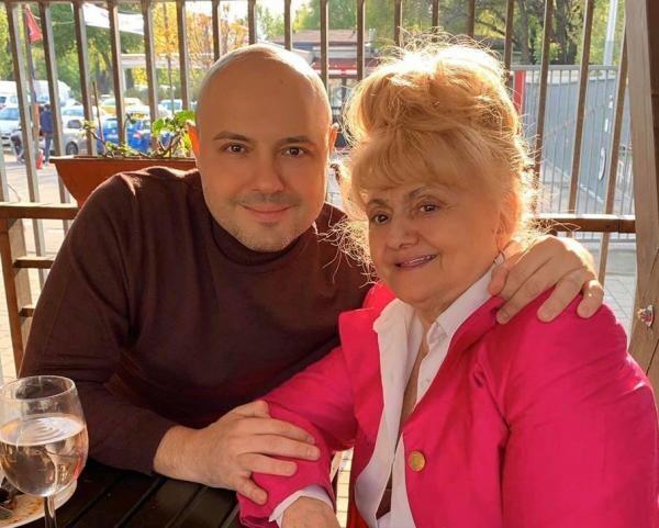 Mihai Mitoșeru și mama sa. Foto Facebook