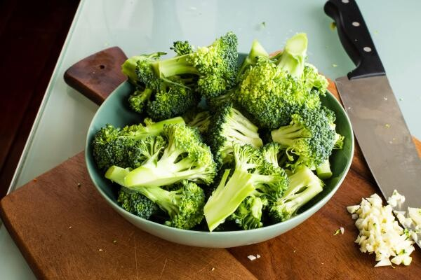 Broccoli, foto Unsplash/ autor: Louis Hansel @shotsoflouis