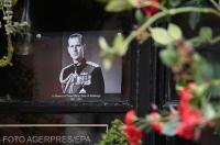 Britanicii au depus flori la porţile Palatului Buckingham din Londra pentru a-l omagia pe prințul Philip