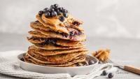 Mic dejun de dietă, REȚETA Cori Grămescu: Clătite cu fulgi de ovăz și afine, foto Facebook