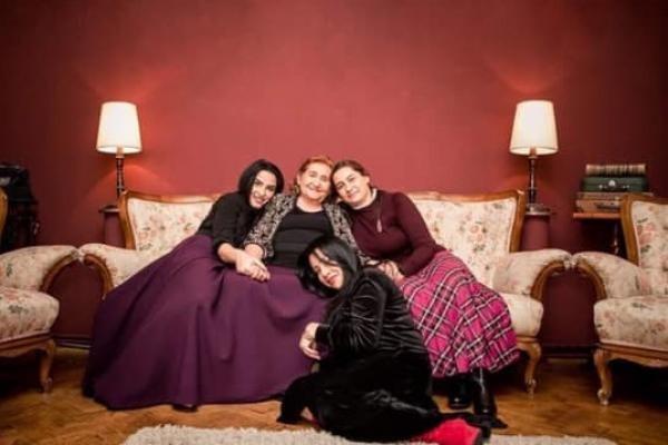 Gabi Luncă și fiicele ei, sursa foto Facebook