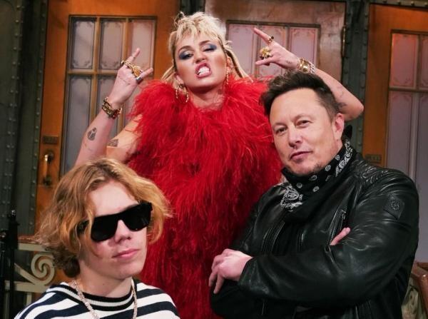 Elon Musk, Miley Cyrus, The Kid Laroi, foto Instagram/ Saturday Night Show