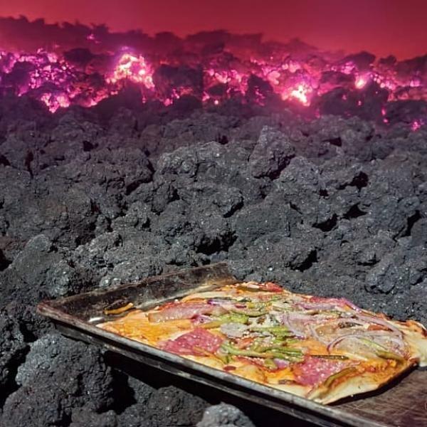 Un fost contabil prepară pizza vulcanică, pe lavă incandescentă, sursa foto Instagram