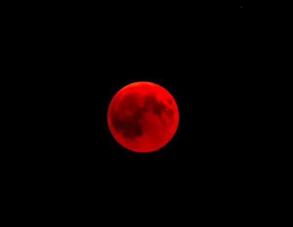 Luna roșie, Foto Unsplash/ autor Victor Kallenbach