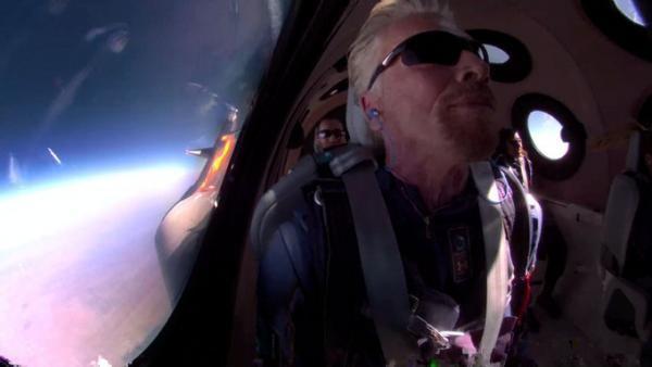 Miliardarul Richard Branson s-a întors pe Terra după o scurtă aventură spaţială, foto Twitter