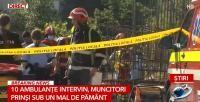 Alertă în centrul Capitalei. Mai mulți muncitori sunt prinși sub un mal de pământ / Sursă foto: Captură Antena 3